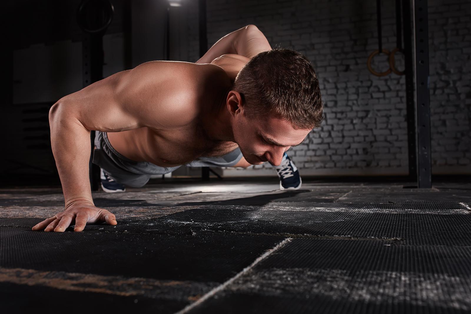 pompki na triceps na biceps