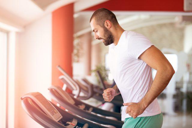 trening interwałowy na siłowni w domu na rowerze