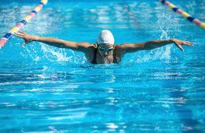 trening pływacki pływanie kraulem żabką